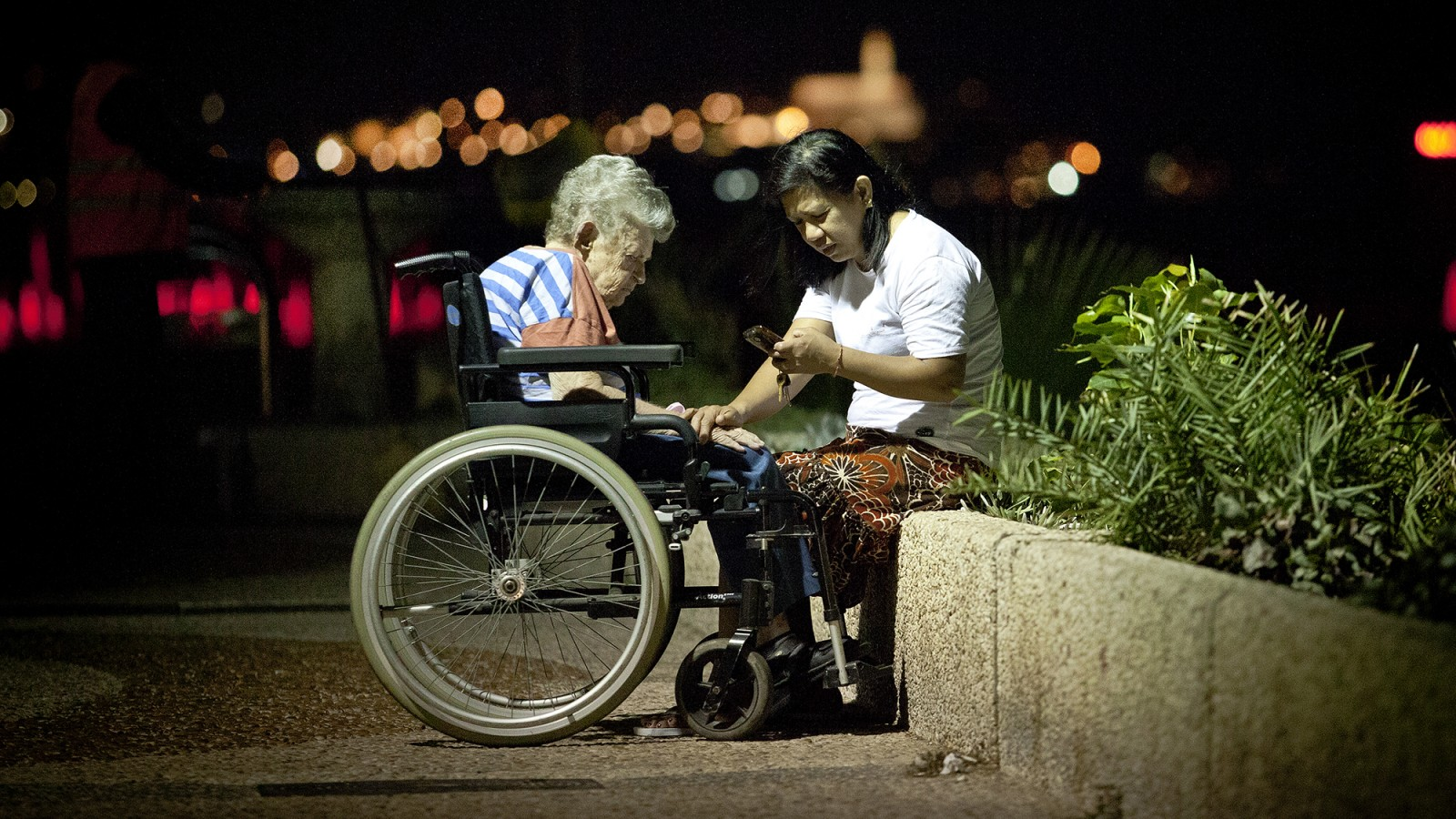 Foreign care worker and her patient. Tel Aviv. Archive. (Moshe Shay/Flash90)